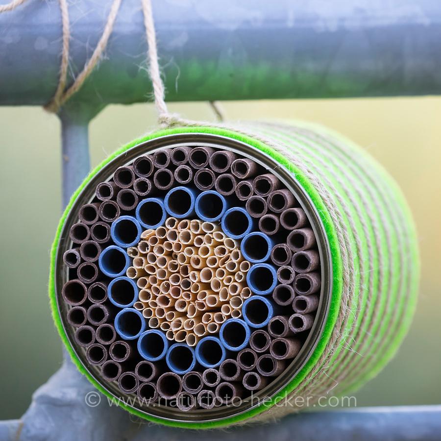 Wildbienen-Nisthilfe mit Papp-Röhrchen, Pappröhrchen und Natur-trohhalmen, Natur-Strohhalm in einer Konservendose, als ringförmige Muster angeordnet, als Schutz vor zu starker Hitze, Sonneneinstrahlung, Überhitzung wird ein Vlies, Filz um die Dose gewickelt, Röhrchen, Niströhrchen, Niströhren, Wildbienen-Nisthilfen, Wildbienen-Nisthilfe selbermachen, selber machen, Wildbienenhotel, Insektenhotel, Wildbienen-Hotel, Insekten-Hotel