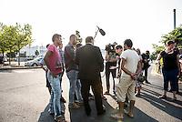 """Nach den pogromartigen Ausschreitungen gegen eine Fluechtlinsunterkunft im saechschen Heidenau am Freitag den 21. August 2015 durch Anwohnerinnen der Ortschaft, kamen am Samstag de 22. August 2015 ca. 250 Menschen in die Ortschaft um ihre Solidaritaet mit den Gefluechteten zu zeigen.<br /> Am Vorabend hatten Rassisten, Nazis und Hooligans sich zum Teil Strassenschlachten mit der Polizei geliefert um zu verhindern, dass Fluechtlinge in einen umgebauten Baumarkt einziehen. Ueber 30 Polizisten wurden dabei verletzt.<br /> Bis in die Abendstunden des 22. August blieb es trotz spuerbarer Anspannung um die Unterkunft ruhig. Im Laufe des Tages wurden immer wieder Gefluechtete mit Reisebussen gebracht was von den wartenenden Heidenauern mit Buh-Rufen begleitet wurde. Vereinzelt wurde auch """"Sieg Heil"""" gerufen, was die Polizei jedoch nicht verfolgte.<br /> Kurz vor 23 Uhr griffen Nazis und Hooligans dann wie am Vorabend die Polizei mit Steinen, Flaschen, Feuerwerkskoerpern und Baustellenmaterial an. Die Polizei mussten mehrfach den Rueckzug antreten, scheuchte den Mob dann von der Fluechtlingsunterkunft weg. Dabei wurden auch wieder Traenengasgranaten verschossen. Mindestens ein Nazi wurde festgenommen.<br /> Im Bild: Juergen Opitz, Bürgermeister von Heidenau, erklaert den Gefluechteten, dass er fuer die Situation nichts koenne und saemtliche Verantwortung beim Land Sachsen liege. Die Ausschreitungen am Vorabend seien nicht von Bewohnern Heidenaus ausgegangen.<br /> 22.8.2015, Heidenau<br /> Copyright: Christian-Ditsch.de<br /> [Inhaltsveraendernde Manipulation des Fotos nur nach ausdruecklicher Genehmigung des Fotografen. Vereinbarungen ueber Abtretung von Persoenlichkeitsrechten/Model Release der abgebildeten Person/Personen liegen nicht vor. NO MODEL RELEASE! Nur fuer Redaktionelle Zwecke. Don't publish without copyright Christian-Ditsch.de, Veroeffentlichung nur mit Fotografennennung, sowie gegen Honorar, MwSt. und Beleg. Konto: I N G - D i B a, IBAN DE5850010517540019226"""