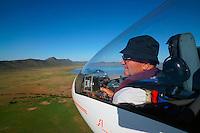 Pilot fliegt Segelflugzeug vom Typ Arcus M: AFRIKA, SUEDAFRIKA, ORANGE FREE STATE, GARIEPDAM, 014.01.2014: Pilot fliegt Segelflugzeug vom Typ Arcus M bei der Landung in Gariepdam,