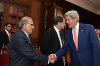 BOGOTÁ - COLOMBIA, 26-01-2013 Humberto de La Calle, jefe del equipo negociador de paz de Colombia, saluda a John Kerry, Secretario de Estado de Estados Unidos, durante la visita de este segundo a Colombia hoy 12 de diciembre de 2014./ Humberto de La Calle, head of Colombian Government delegation for peace talks, shakes hands with John Kerry, US secretary of State during the visit of the second one to Colombia today 12 December 2014. Photo: VizzorImage /  César Carrión - SIG / HANDOUT PICTURE; MANDATORY EDITORIAL USE ONLY/ NO MARKETING, NO SALES