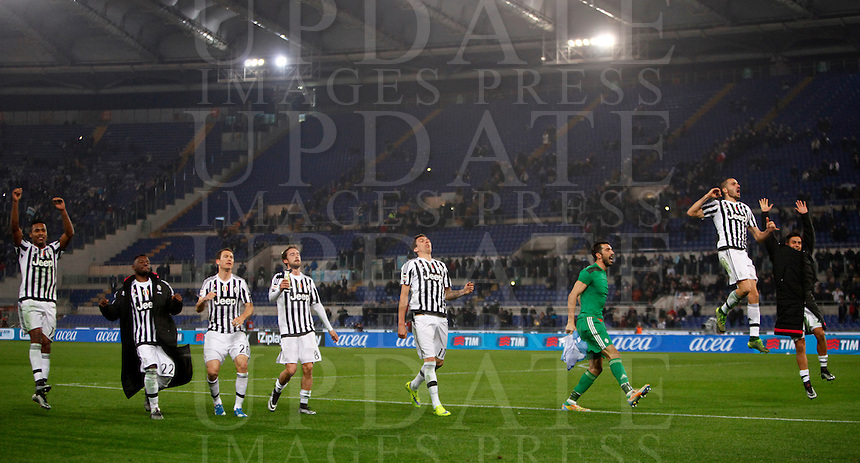 Calcio, Serie A: Lazio vs Juventus. Roma, stadio Olimpico, 4 dicembre 2015.<br /> Juventus' players greet fans at the end of the Italian Serie A football match between Lazio and Juventus at Rome's Olympic stadium, 4 December 2015. Juventus won 2-0.<br /> UPDATE IMAGES PRESS/Isabella Bonotto