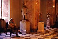 San Pietroburgo, custode nella zona della statuaria