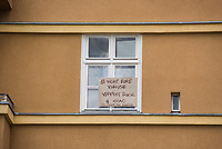 """Auf und rund um den Rosa-Luxemburg-Platz in Berlin-Mitte haben am Samstag den 25. April 2020 mehrere hundert Menschen gegen die Einschraenkungen im Zuge der Massnahmen zur Eindaeemung der Covid-19-Pandemie protestiert. Rechtsextremisten, Hooligans, Antisemiten, Verschwoerungstheoretiker und AfD-Politiker hatten zu einer sogenannten """"Hygiene-Demo"""" versammelt. Vereinzelt protestierten Menschen am Rande gegen diese Demonstration.<br /> Die Polizei war mit mehreren hundert Beamten im Einsatz und nahm mehr als 100 Personen fest.<br /> Im Bild: Ein Anwohner hat aus Protest gegen die Demonstration ein Schild mit der Aufschrift """"#NichtEureKulisse - Verpisst euch & Ciao - All Colours Are Beatifull"""" ins Fenster gehaengt.<br /> 25.4.2020, Berlin<br /> Copyright: Christian-Ditsch.de<br /> [NUR FUER REDAKTIONELLE ZWECKE! Werbung nur auf Anfrage beim Fotografen. Inhaltsveraendernde Manipulation des Fotos nur nach ausdruecklicher Genehmigung des Fotografen. Vereinbarungen ueber Abtretung von Persoenlichkeitsrechten/Model Release der abgebildeten Person/Personen liegen nicht vor. NO MODEL RELEASE! Don't publish without copyright Christian-Ditsch.de, Veroeffentlichung nur mit Fotografennennung, sowie gegen Honorar, MwSt. und Beleg. Konto: I N G - D i B a, IBAN DE58500105175400192269, BIC INGDDEFFXXX, Kontakt: post@christian-ditsch.de<br /> Bei der Bearbeitung der Dateiinformationen darf die Urheberkennzeichnung in den EXIF- und  IPTC-Daten nicht entfernt werden, diese sind in digitalen Medien nach §95c UrhG rechtlich geschuetzt. Der Urhebervermerk wird gemaess §13 UrhG verlangt.]"""