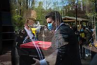 Am Freitag, den 17. April 2020 besuchte der Bundesminister fuer Arbeit und Soziales, Hubertus Heil (SPD), gemeinsam mit dem Oberbuergermeister der Stadt Potsdam, Mike Schubert (SPD), die Kueche Biesamkiez zur Versorgung sozial benachteiligter Kinder und Jugendlicher mit Mittagessen waehrend der Zeit der Corona-Schutzmaßnahmen.<br /> Im Bild: Minister Hubertus Heil mit einer Kiste mit Essen.<br /> 17.4.2020, Berlin<br /> Copyright: Christian-Ditsch.de<br /> [NUR FUER REDAKTIONELLE ZWECKE! Werbung nur auf Anfrage beim Fotografen. Inhaltsveraendernde Manipulation des Fotos nur nach ausdruecklicher Genehmigung des Fotografen. Vereinbarungen ueber Abtretung von Persoenlichkeitsrechten/Model Release der abgebildeten Person/Personen liegen nicht vor. NO MODEL RELEASE! Don't publish without copyright Christian-Ditsch.de, Veroeffentlichung nur mit Fotografennennung, sowie gegen Honorar, MwSt. und Beleg. Konto: I N G - D i B a, IBAN DE58500105175400192269, BIC INGDDEFFXXX, Kontakt: post@christian-ditsch.de<br /> Bei der Bearbeitung der Dateiinformationen darf die Urheberkennzeichnung in den EXIF- und  IPTC-Daten nicht entfernt werden, diese sind in digitalen Medien nach §95c UrhG rechtlich geschuetzt. Der Urhebervermerk wird gemaess §13 UrhG verlangt.]