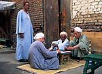 EGY, Aegypten, Luxor: einheimische Maenner beim Dominospiel | EGY, Egypt, Luxor: local men playing dominoes