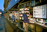 Vitrine de livraria em  Copenhague. Dinamarca. 1985. Foto de Juca Martins.