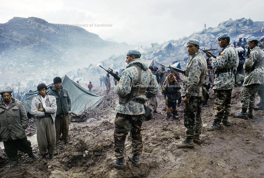 Irak1991<br /> Les réfugiés kurdes sur la frontière, sous le controle de l'armée turque<br /> Iraq 19991<br /> Kurdish refugees on the border under turkish soldiers' control