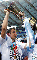 Calcio, finale di Coppa Italia: Roma vs Lazio. Roma, stadio Olimpico, 26 maggio 2013..Lazio forward Miroslav Klose, of Germany, shows the Italian Cup to fans at the end of the football final match between AS Roma and Lazio at Rome's Olympic stadium, 26 May 2013. Lazio won 1-0..UPDATE IMAGES PRESS/Isabella Bonotto....