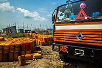 Trasporto clandestino di benzina Oil transportation Traffico illegale benzina dalla Nigeria al Benin carico dei bidoni su camion