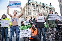 """Unter dem Motto """"Fuer gute Berliner Luft - Gegen Laerm und Vergiftung durch Autoabgase"""" protestierten am Donnerstag den 22. Februar 2018 Anwohner der Leipziger Strasse in Berlin-Mitte und Umweltschutzverbaende wie Greenpeace gegen den Verkehrslaerm und die Belastung durch Autoabgase vor ihrer Haustuer. Die Leipziger Strasse ist eine der Hauptverkehrsadern Berlins.<br /> 22.2.2018, Berlin<br /> Copyright: Christian-Ditsch.de<br /> [Inhaltsveraendernde Manipulation des Fotos nur nach ausdruecklicher Genehmigung des Fotografen. Vereinbarungen ueber Abtretung von Persoenlichkeitsrechten/Model Release der abgebildeten Person/Personen liegen nicht vor. NO MODEL RELEASE! Nur fuer Redaktionelle Zwecke. Don't publish without copyright Christian-Ditsch.de, Veroeffentlichung nur mit Fotografennennung, sowie gegen Honorar, MwSt. und Beleg. Konto: I N G - D i B a, IBAN DE58500105175400192269, BIC INGDDEFFXXX, Kontakt: post@christian-ditsch.de<br /> Bei der Bearbeitung der Dateiinformationen darf die Urheberkennzeichnung in den EXIF- und  IPTC-Daten nicht entfernt werden, diese sind in digitalen Medien nach §95c UrhG rechtlich geschuetzt. Der Urhebervermerk wird gemaess §13 UrhG verlangt.]"""