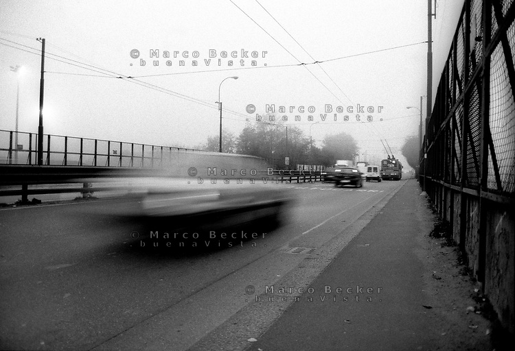 milano, quartiere bovisa, periferia nord. nebbia sul tratto della circonvallazione del cavalcavia bacula. --- milan, bovisa district, north periphery. fog on the ring road by the bacula overpass