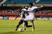 ATENÇÃO EDITOR: FOTO EMBARGADA PARA VEÍCULOS INTERNACIONAIS - SÃO PAULO, SP, 26 DE FEVEREIRO DE 2013 - CAMPEONATO PAULISTA - SÃO PAULO x PONTE PRETA: Cicinho (e) e Cortez (d) durante partida São Paulo x Ponte Preta, válida pela 6ª rodada do Campeonato Paulista de 2013, disputada no estádio do Morumbi em São Paulo. FOTO: LEVI BIANCO - BRAZIL PHOTO PRESS.