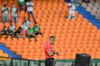 MEDELLIN - COLOMBIA, 07-08-2021: El árbitro Edilson Ariza se prepara antes de darle inicio al partido entre Atlético Nacional y Deportivo Cali por la fecha 4 de la Liga BetPlay DIMAYOR II 2021 jugado en el estadio Atanasio Girardot de la ciudad de Medellín. / The referee Edilson Ariza prepares to begin the match for the date 4 as part of BetPlay DIMAYOR League II 2021 between Atletico Nacional and Deportivo Cali played at Atanasio Girardot stadium in Medellín city. Photo: VizzorImage / Luis Benavides / Cont
