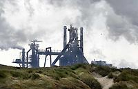 Nederland -  Velsen - 2019.  Duinen in Velsen Noord. Op de achtergrond Tata Steel.   Foto Berlinda van Dam / Hollandse Hoogte