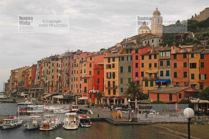 - general sight of the village and tourist port ....- panoramica del paese e porto turistico