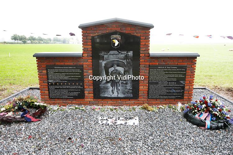 Foto: VidiPhoto<br /> <br /> VALBURG – De wereldberoemde foto van kapitein Dick Winters (101e Luchtlandingsdividie, Screaming Eagles) bij de Poort van Landgoed Schoonderlogt in Valburg (oktober 1944) is nu vastgelegd in een herdenkingsmonument tegenover de boerderij. Jaarlijks bezoeken honderden mensen deze historische plek waar de bekende commandant van de Easy Compagnie zijn hoofdkwartier had. Dankzij overleveringen van veteranen is over de Easy Compagnie een serie gemaakt, Band of Brothers. Eén van de afleveringen (Croassroads) speelt zich af in de buurt van Schoonderlogt. Het monument is tot stand gekomen ter ere van de 75-jarige Market Garden-herdenking door de samenwerkende partijen Betuws Oorlogs Informatie Centrum (BOIC), de gemeente Overbetuwe, de provincie Gelderland en Gelderland Herdenkt.