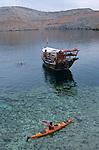 Kayak dans le golfe arabo-persique Peninsule du Musandam vers le detroit d'Ormuz. Le fjord Sham profond de 17 km est domine par des falaises de plus de 1000 m de haut. Sultanat d'Oman. Moyen Orient.