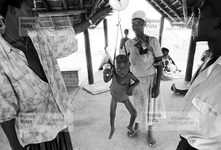 - country hospital in Nhamatanda village, province of Sofala, weigh of a child for malnutrition control....- ospedale rurale nel villaggio di Nhamatanda, provincia di Sofala, pesatura di un bambino per controllo della denutrizione