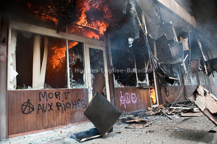 Pres du Pont de l'Europe a Strasbourg, l'ancien bureau des douanes a ete incendie durant la manifestation du 4 avril 2009 contre le sommet de l'OTAN..Credit;Hughes Leglise-Bataille/Julien Muguet/face to face