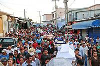 Entre lágrimas y dolor; Jamiltepec sepulta a sus muertos_PC_