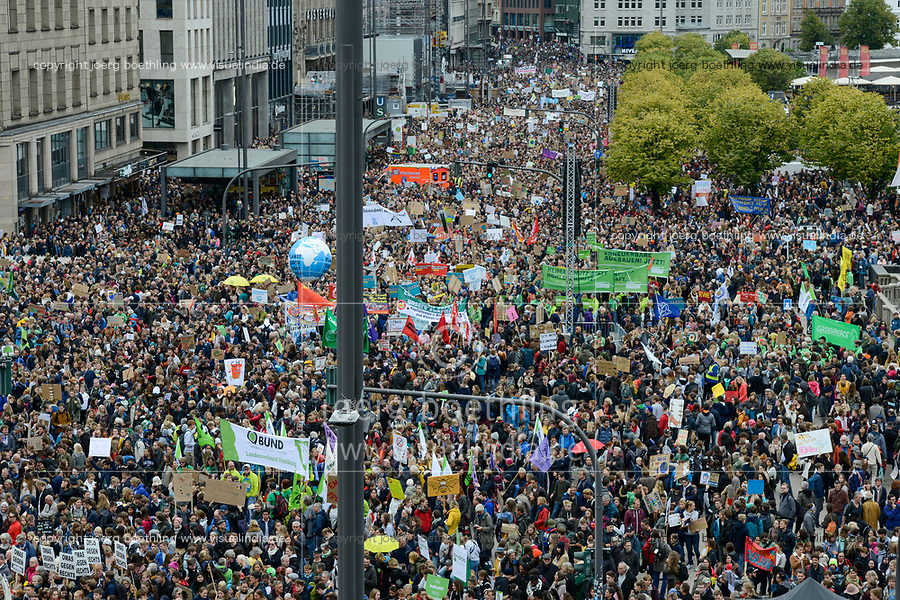 GERMANY, Hamburg city, Fridays for future movement, All for Climate rally with 70.000 protesters for climate protection / Fridays-for future Bewegung, Alle fürs Klima Demo fuer Klimaschutz am Jungfernstieg und Binnenalster