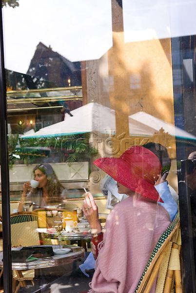 Frankreich, Paris, Cafe Le Deux Magots, Scheibe, Fensterscheibe, Gast, Gaeste, Frau, Raucher, rauchen, Reflexion, SPiegelung, Europa, 09/2006, HF; (Bildtechnik: sRGB, 28.71 MByte vorhanden)<br /> <br /> English: France, Paris, Cafe Le Deux Magots, window, guest, woman, smoker, smoking, reflexion, Europe, September 2006