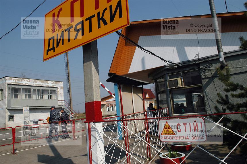 - 20 years from the nuclear incident of Chernobyl, checkpoint at the entry of the contaminated area of 30 kilometers around the place of catastrophe ....- 20 anni dall'incidente nucleare di Chernobyl, posto di controllo all'ingresso della zona contaminata di 30 chilometri intorno al luogo della catastrofe