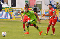 TUNJA -COLOMBIA, 26-08-2017: Carlos Mosquera (Izq) y Duman Herrrera (Der) jugadores de Patriotas FC disputan el balón con Jeider Riquett (C) jugador de La Equidad  durante partido por la fecha 10 de la Liga Águila II 2017 realizado en el estadio La Independencia en Tunja. / Carlos Mosquera (L) and Duman Herrrera (R) players of Patriotas FC fight for the ball with Jeider Riquett (C) player of La Equidad  during match for the date 10 of Aguila League II 2017 at La Independencia stadium in Tunja. Photo: VizzorImage / Jose Palencia / Cont