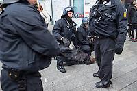 """Proteste gegen Naziaufmarsch """"Tag der Patrioten"""".<br /> Mehere zehntausend Menschen protestirten am Samstag den 12. September 2015 in Hamburg gegen einen von Nazis und Hooligans geplanten Aufmarsch unter dem Motto """"Tag der Patrioten"""". Der Aufmarsch war im Vorfeld gerichtlich untersagt worden, da davon auszugehen sei, dass von ihm Gewalttaten gegen Personen ausgehen wuerden. Die Nazis wichen am Samstag daraufhin nach Bremen aus, wo der Aufmarsch jedoch auch untersagt wurde.<br /> Trotz Verbot versammelten sich an verschiedenen Orten in Hamburg mehrere zehntausend Menschen und protestierten gegen Rassismus und fuer ein Bleiberecht fuer gefluechtete Menschen.<br /> Vor dem Hauptbahnhof kam es zu kleineren Auseinandersetzungen mit der Polizei, die mit 8 Wasserwerfern, Polizeihubschrauber und Beamten aus Bayern, Schleswig-Holstein, Baden-Wuertemberg und Hamburg im Einsatz war.<br /> Als eine Gruppe von ca. 10 bis 15 Nazis und Hooligans im Hauptbahnhof Menschen angriffen, drohte die Lage kurzzeitig zu eskalieren. Die Angreifer mussten aber vor Gegendemonstranten in einen Zug fluechten, wo sie von der Polizei festgesetzt wurden. Der Verkehr durch den Hauptbahnhof war ueber lange Zeit eingestellt, da die Polizei weitere Nazis und Hooligans in ankommenden Zuegen befuerchtete und Auseinandersetzungen verhindern wollte.<br /> Im Bild: Bundespolizisten haben einen Mann festgenommen, bei dem sie vermuteten, er habe Gegenstaende auf angreifende Nazis und Hooligans geworfen.<br /> 12.9.2015, Hamburg<br /> Copyright: Christian-Ditsch.de<br /> [Inhaltsveraendernde Manipulation des Fotos nur nach ausdruecklicher Genehmigung des Fotografen. Vereinbarungen ueber Abtretung von Persoenlichkeitsrechten/Model Release der abgebildeten Person/Personen liegen nicht vor. NO MODEL RELEASE! Nur fuer Redaktionelle Zwecke. Don't publish without copyright Christian-Ditsch.de, Veroeffentlichung nur mit Fotografennennung, sowie gegen Honorar, MwSt. und Beleg. Konto: I N G - D i B a, IBAN DE5850010517"""