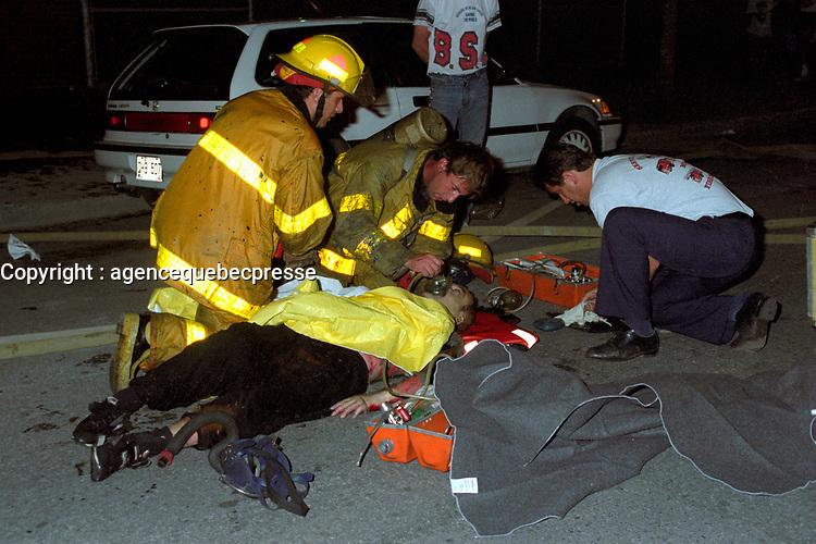 Pompiers et ambulanciier au travail - archives 1994<br /> <br /> PHOTO : Pierre Roussel - Agence Quebec Presse