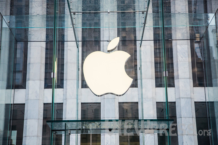 NEW YORK, NY - AUGUST 19: External View of the Apple store on Fifth Avenue on August 19 2020 in New York City. Tech giant Apple has become the first American company to boast a $2 trillion market value, after just two years becoming the first to reach $1 trillion (Photo by Pablo Monsalve / VIEWpress via Getty Images)