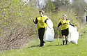 20/04/2010   Copyright  Pic : James Stewart.28_helix_litter  .::  HELIX PROJECT ::  KIDS FROM BRAES HIGH SCHOOL TAKE PART IN THE LITTER PICK AT THE FORTH & CLYDE CANAL BETWEEN LOCK 2 AND THE BLUE BRIDGE ::.