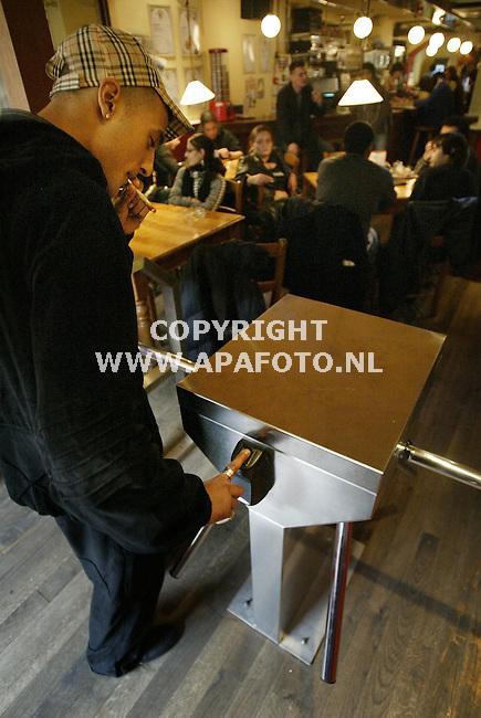 Nijmegen, 071105<br /> Coffeeshop de kronkel werkt met de vingerscan bij afrekenen en binnekomen van de zaak. <br /> Foto: Sjef Prins -APA Foto