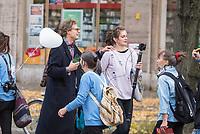 """Mehrere tausend Menschen protestierten am Sonntag den 25. Oktober 2020 in berlin gegen die Coronaregeln der Bundeslaender und der Bundesregierung. Unter ihnen etliche Anhaenger von Verschwoerungstheorien, Impfgegner und Rechtsextreme. Sie hielten Schilder auf denen der Virologe Prof. Christian Drosten und der ehemalige Microsoft-Chef Bill Gates als Straeflinge abgebildet waren, zum Widerstand gegen einen """"Corona-Faschismus"""" aufgerufen und Impfungen als """"Menschenversuche"""" bezeichnet wurden. Weiter wurde ein Ende der Test gefordert und die zweite Corona-Welle als normale Herbstgrippe bezeichnet wurde.<br /> Sie zogen ohne Genehmigung in mehreren Zuegen durch den Bezirk Mitte, zum Teil ohne Polizeibegleitung. Der Polizei gelang es erst nach etwa einer Stunde die Demonstrantionszuege zu begleiten.<br /> Vereinzelt kam es am Rande zu Gegenprotesten, denen Srechchoere """"Nazis raus!"""" und """"Reiht euch ein!"""" entgegen gerufen wurde.<br /> Im Bild: Der Verschwoerungsaktivist und Videoblogger Martin Lejeune.<br /> 25.10.2020, Berlin<br /> Copyright: Christian-Ditsch.de"""