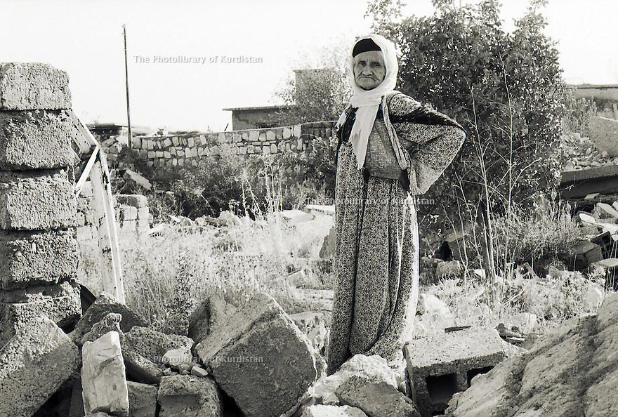 Irak 1991 Une habitante de Halabja sur les ruines de sa maison  Iraq 1991  A woman in Halabja on the ruins of her home