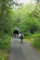 Tout débute par une randonnée sur le parcours de l'ancienne voie ferrée<br /> On s'approche du tunnel de Muratel, intrigant ou inquiétant ?