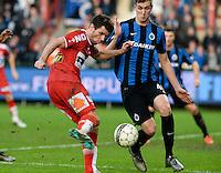 KV Kortrijk - Club Brugge : Stijn De Smet (links) met de doelpoging voor de verdedigende Bjorn Engels (r) <br /> Foto VDB / Bart Vandenbroucke