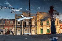 Reflexo das pessooas circulando na feira do ver-o-peso. Local: Belém-PA, Data: 03/11/2012, Foto: Ana Mokarzel