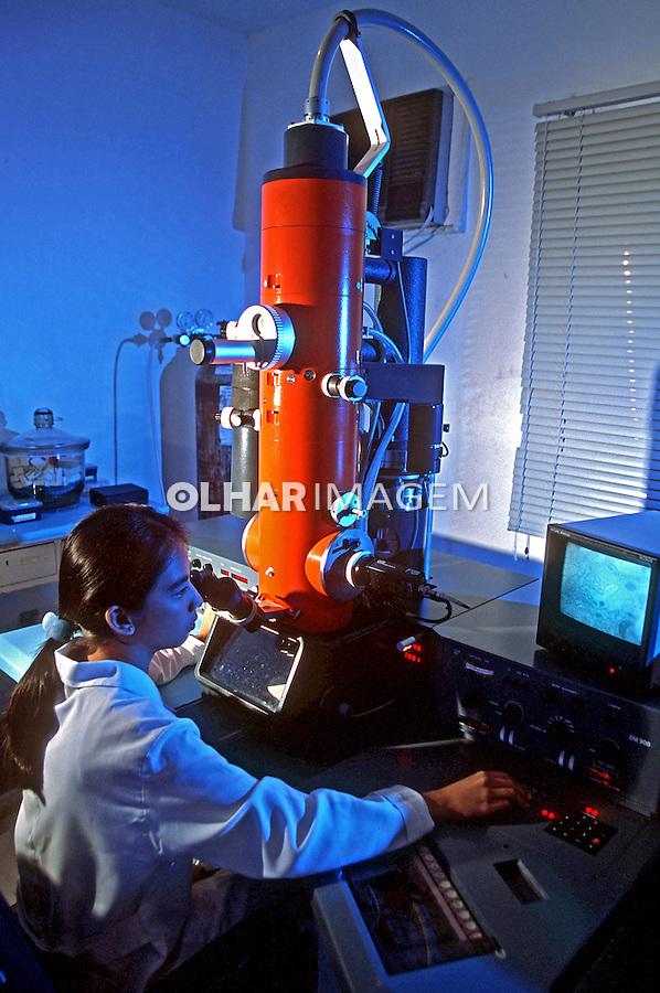 Pesquisa em microscópio eletrônico no Instituto Evandro Chagas. Belém. Pará. 2000. Foto de Juca Martins.