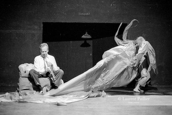 Here, There, Air, avec Shiro Daïmon et Steve Lacy creation au théâtre des amandiers de Paris..Mars 1991..Laurent Paillier / photosdedanse.com.All rigts reserved