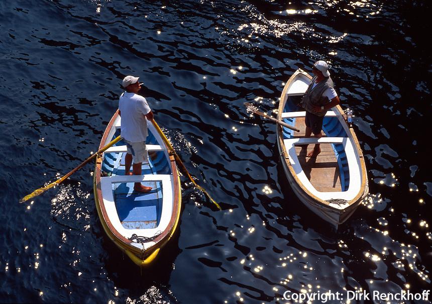 Ruderboot wartet auf Besucher vor der blauen Grotte (Grotta Azzura), Capri, Italien