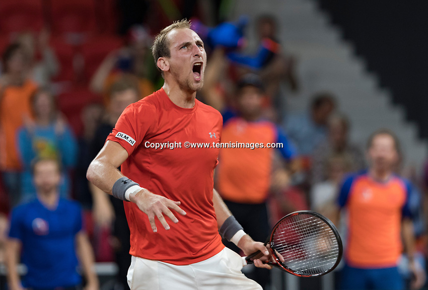 The Hague, The Netherlands, September 17, 2017,  Sportcampus , Davis Cup Netherlands - Chech Republic, Fifth match : Thiemo de Bakker (NED) takes the seconde set and celebrates with the fans<br /> Photo: Tennisimages/Henk Koster