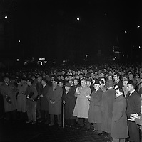 19 janvier 1962. Scène de manifestation : vue d'ensemble en plongée des manifestants, applaudissent. Vue de nuit. Cliché pris lors d'une manifestation anti OAS (Organisation de l'Armée Secrète) organisée par le font syndical commun à la suite d'une série d'attentats perpétrés à Toulouse dans la nuit du 15 au 16 janvier 1962.