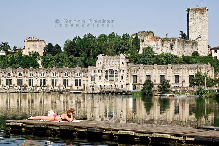"""Trezzo sull'Adda (Milano), centrale idroelettrica ENEL """"Taccani"""" (1906) sul fiume Adda e i resti del Castello Visconteo --- Trezzo sull'Adda (Milan), ENEL hydroelectric plant """"Taccani"""" (1906) on Adda river and the ruins of the Visconti castle"""