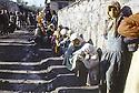 Turquie 1991.Les réfugiés kurdes sur la frontière, en attendant la distribution de nourriture.Turkey 1991.Kurdish refugees on the border waiting for food