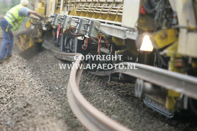 Velp, 060706<br /> Spoorvernieuwing delen IJssellijn. Structon Railinfra legt in elf dagen een nieuwe spoorlijn aan tussen Arnhem en Zutphen. Het voor gedeelte van de trein loopt over het oude spoor, middenin de trein wordt de rails, bielsen en stenen vervangen, het achtergedeelte van de trein loopt over het nieuwe gedeelte. Te zien is hoe de rails gebogen wordt om plaats te maken voor nieuw spoor. Het apparaat legt 250 meter per uur af.<br /> Foto: Sjef Prins - APA Foto