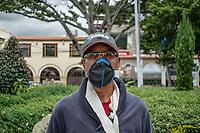 """CAJICA - COLOMBIA, 16-07-2020: """"Todo está muy duro, la semana pasada me caí de la bicicleta y me fracture pero la necesidad hace que tenga que salir a trabajar si o si"""" Gabriel Jaramillo, 33 años, es su testimonio que como la mayoría de trabajadores informales se ve obligado a salir a buscar el sustento diario para subsistir en medio de la cuarentena total en el territorio colombiano causada por la pandemia  del Coronavirus, COVID-19. / """"Everything is very hard, last week I fell off my bike and fractured myself but the need makes me have to go out to work if or if"""" Gabriel Jaramillo, 33 years old, is his testimony that, like most informal workers, he is forced to go out to find daily sustenance to subsist in the midst of the total quarantine in Colombian territory caused by the Coronavirus pandemic, COVID-19. Photo: VizzorImage / Johan Rugeles / Cont"""