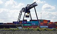 Nederland  Nijmegen  - September 2020 .    Containeroverslag bij de Waal.  BCTN container terminal.    Foto : ANP/ Hollandse Hoogte / Berlinda van Dam