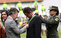 BOGOTA - COLOMBIA- 16 -05-2013: El Presidente Juan Manuel Santos condecoró a varias personalidades como el ministro de vivienda Germán Vargsa Lleras durante la  graduación de 300 Alféreces a subtenientes en la Escuela General Santander de La Policia Nacional ,con la presencia del presidente de la república Juan Manuel Santos ,Juan Pinzón Ministro de Defensa y del director de la Policia Nacional General  José Roberto León Riaño . (Foto: VizzorImage / Felipe Caicedo / Staff . President Juan Manuel Santos honored several personalities as Housing Minister Germán Vargas Lleras at the graduation of 300 Ensigns to Lieutenants in Genaral Santander School of The National Police, with the presence of the President of the Republic Juan Manuel Santos, Juan Pinzon Minister Defence and National Police director General Jose Roberto Leon Riano .  (Foto: VizzorImage / Felipe Caicedo / Staff).