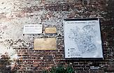 Im ehemaligen Warschauer Ghetto sind noch Reste der Ghettomauer zu sehen. Eine Karte illustriert die Ausmaße des Ghettos. / In the former Warsaw Ghetto pieces of the old ghetto wall still remained. A plan illustrates the ghetto from above.